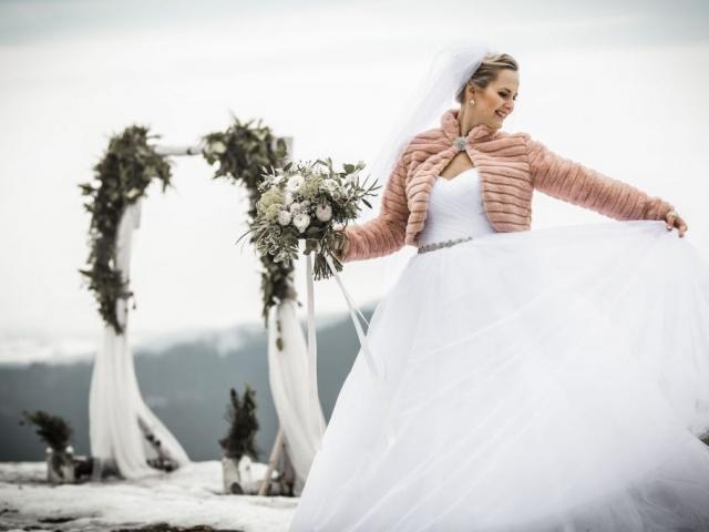 Nevěsta na svatební louce v zimě