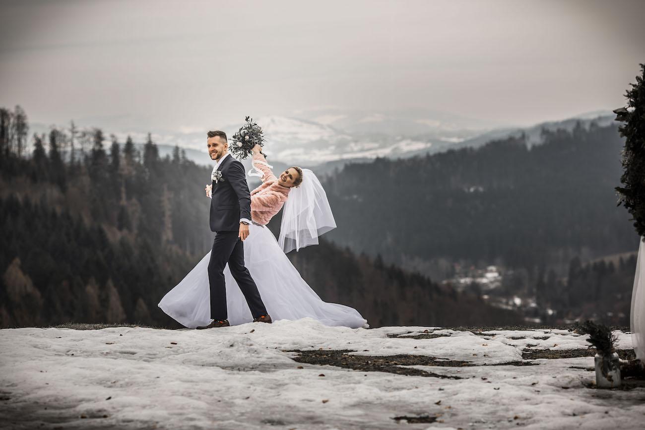 Nevěsta se ženichem - svatba na louce v zimě