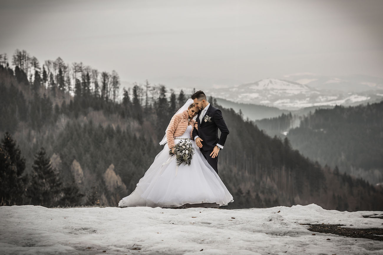 Nevěsta se ženichem - svatba na louce na horách v zimě