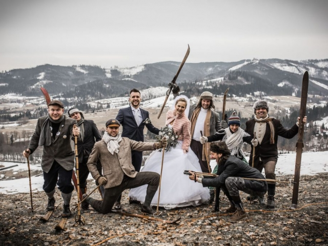 Společná svatební fotka - nevěsta, ženich a přátelé - svatba v zimě