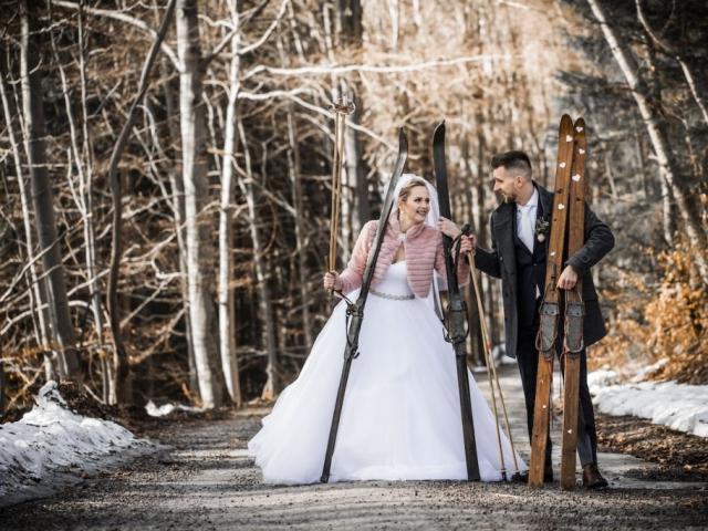 Nevěsta se ženichem - focení v zimě s lyžemi