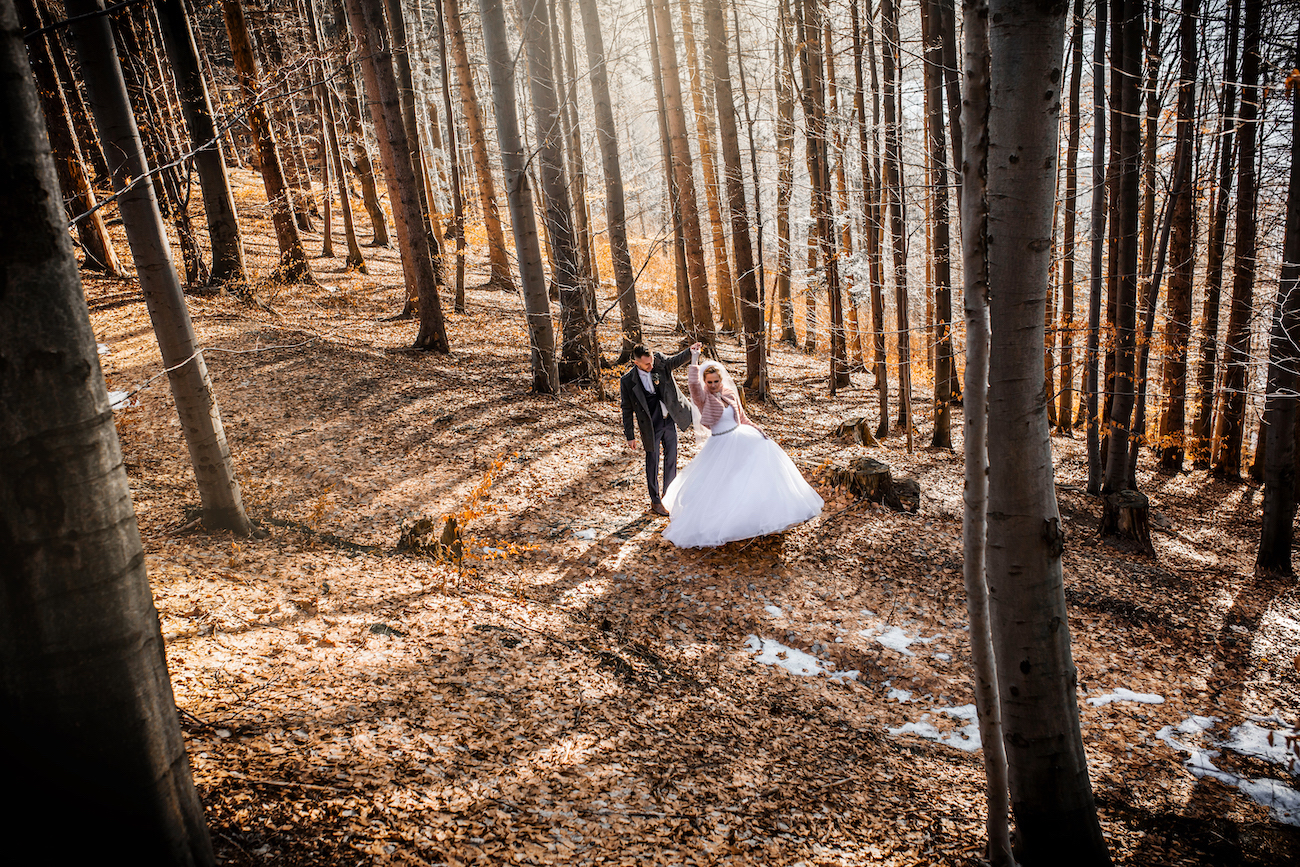 Nevěsta se ženichem v lese - svatba v zimě