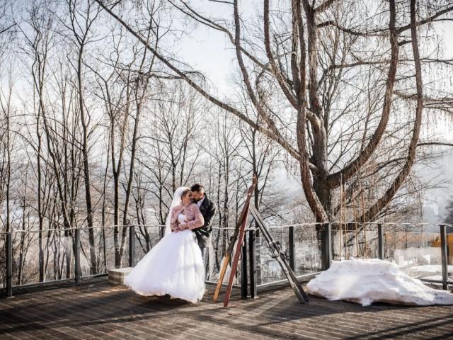 Nevěsta a ženich - svatba v Beskydech v zimě