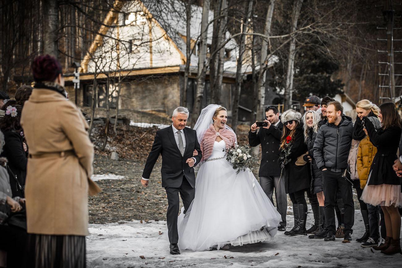 Svatba na louce v zimě - nevěsta - průvod