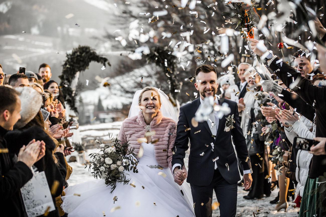 Svatební průvod - nevěsta se ženichem - svatba v zimě
