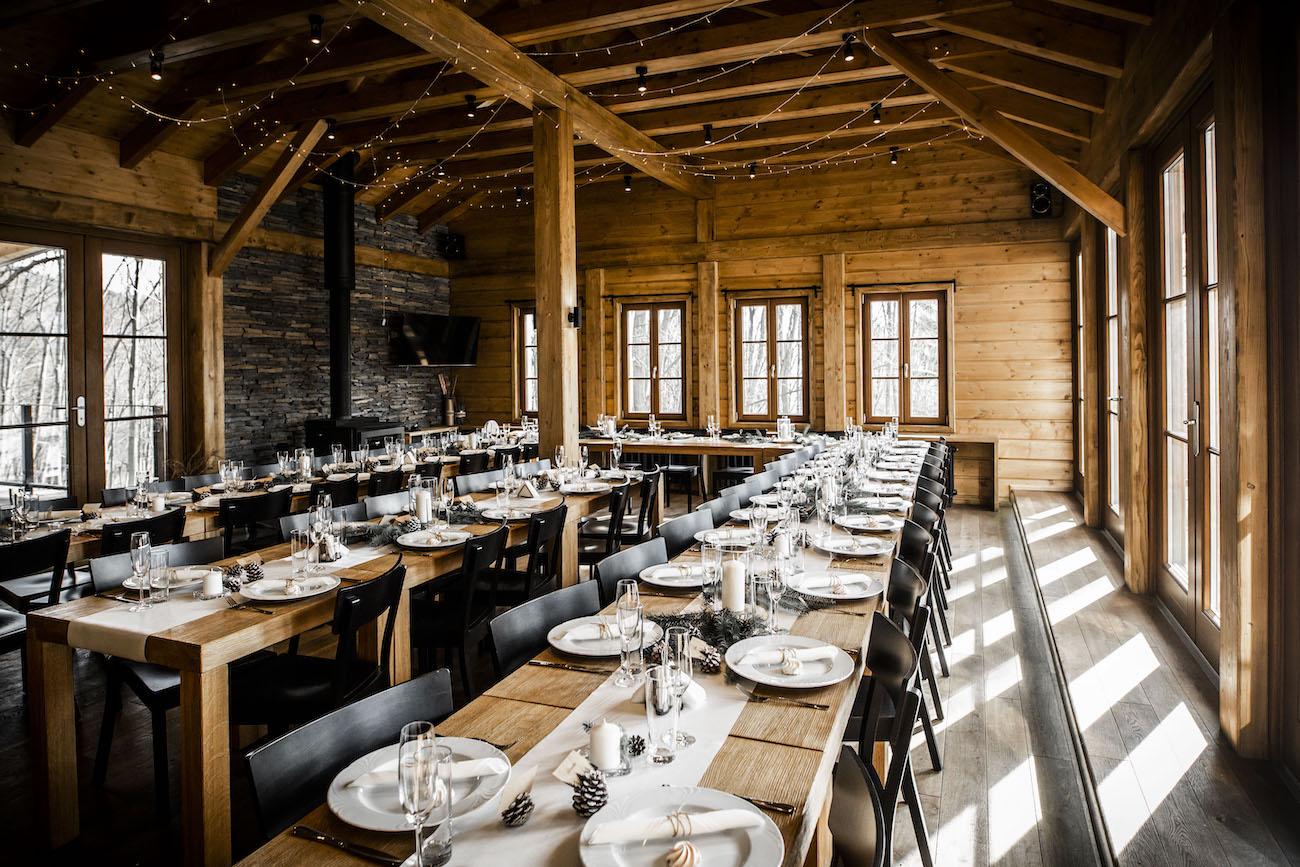 Dekorace stolů na zimní svatbě