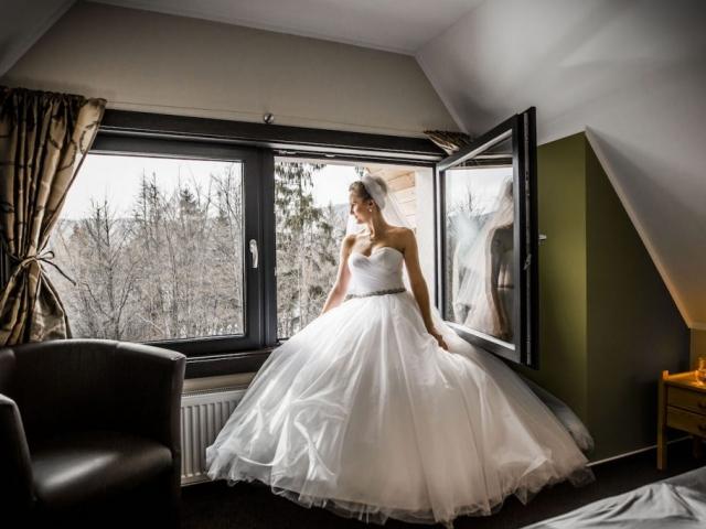 Nevěsta v šatech - zimní svatba