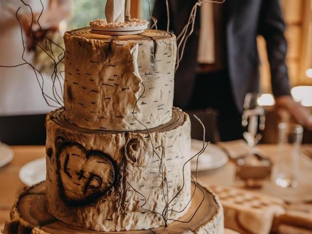 Svatební dorty se vzhledem břízy.