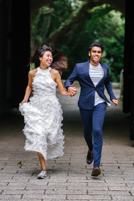 Svatební šaty s peřím