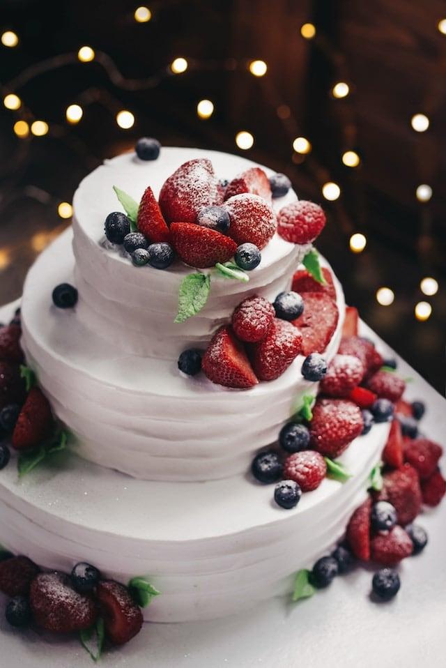 Minimalistický dort s ovocem.