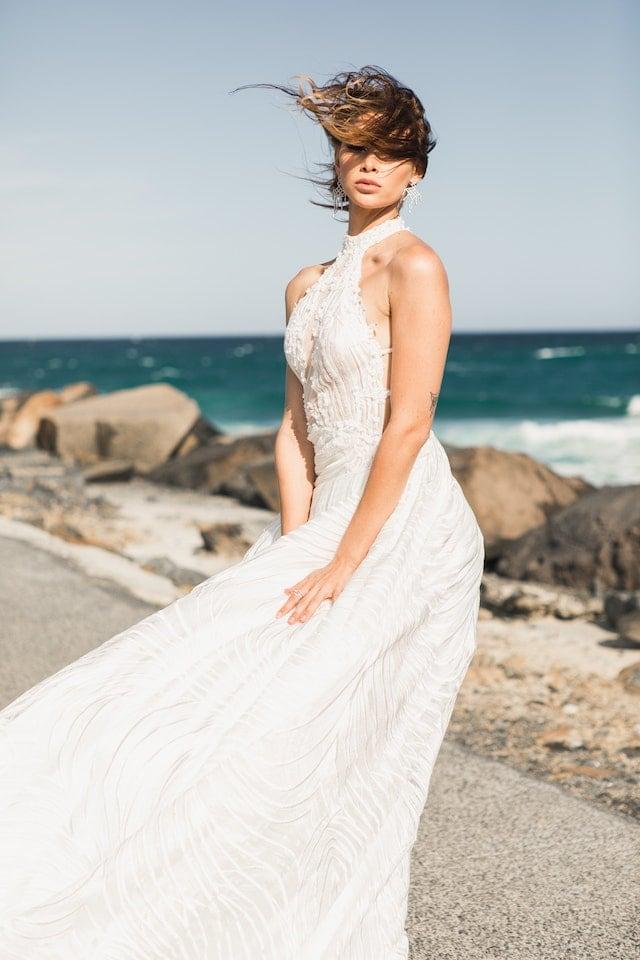 Svatební šaty s odhalenými rameny.