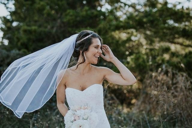 Svatební šaty s krajkovým korzetem.