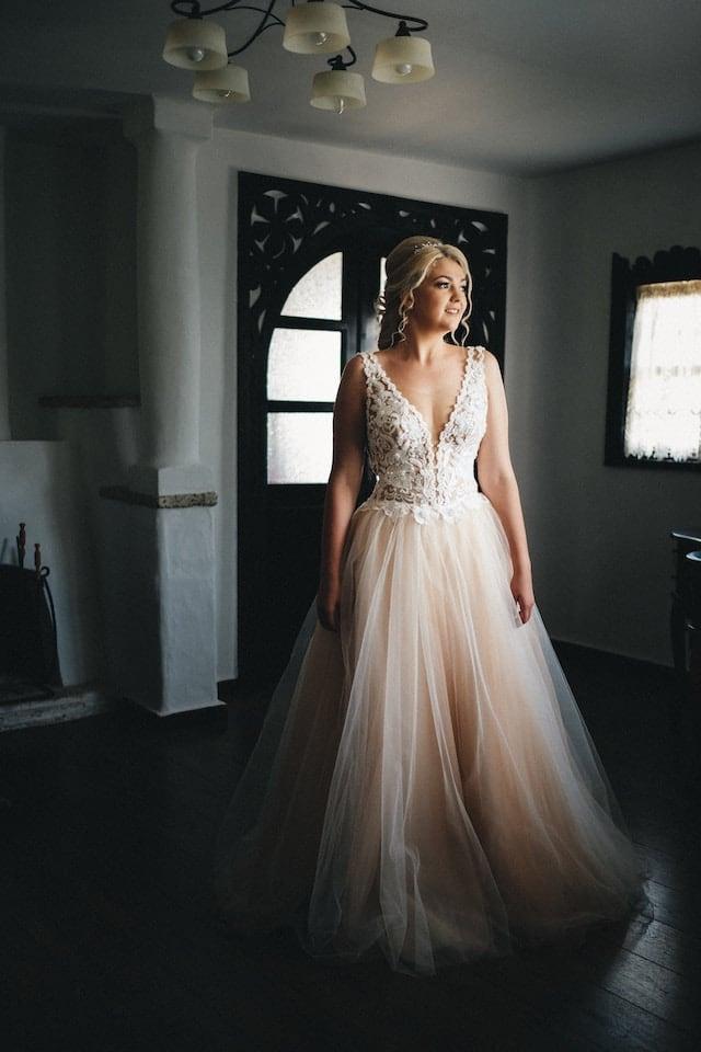 Svatební šat s hlubokým výstřihem.