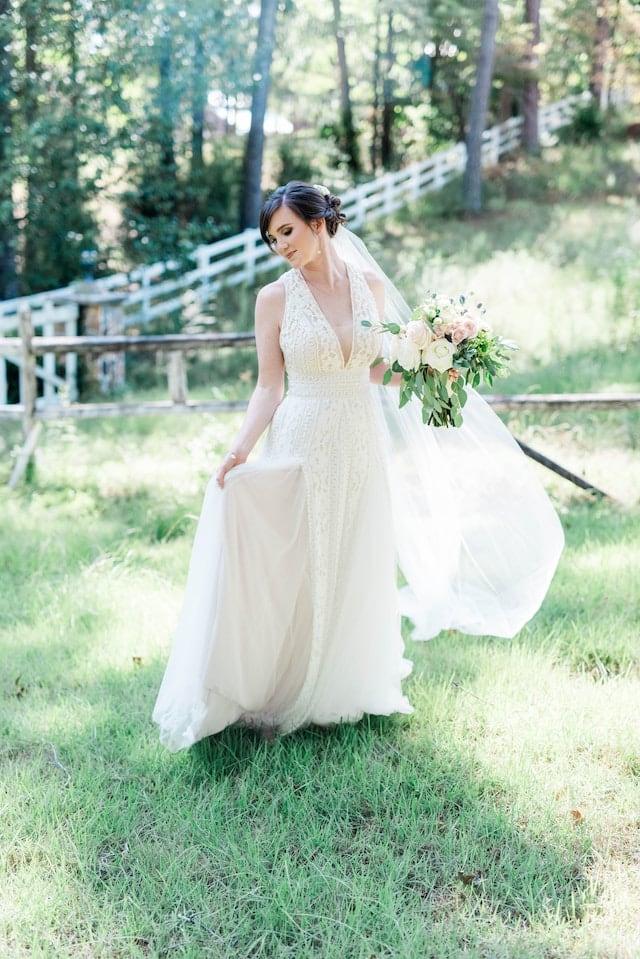 Svatební šaty s hlubokým výstřihem.
