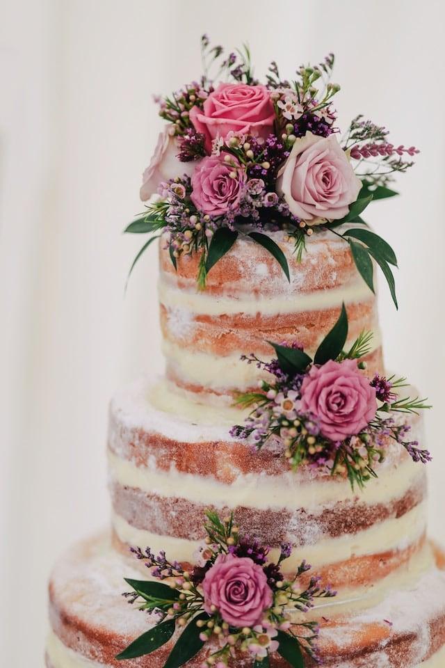 Svatební dort nazdobený květinami