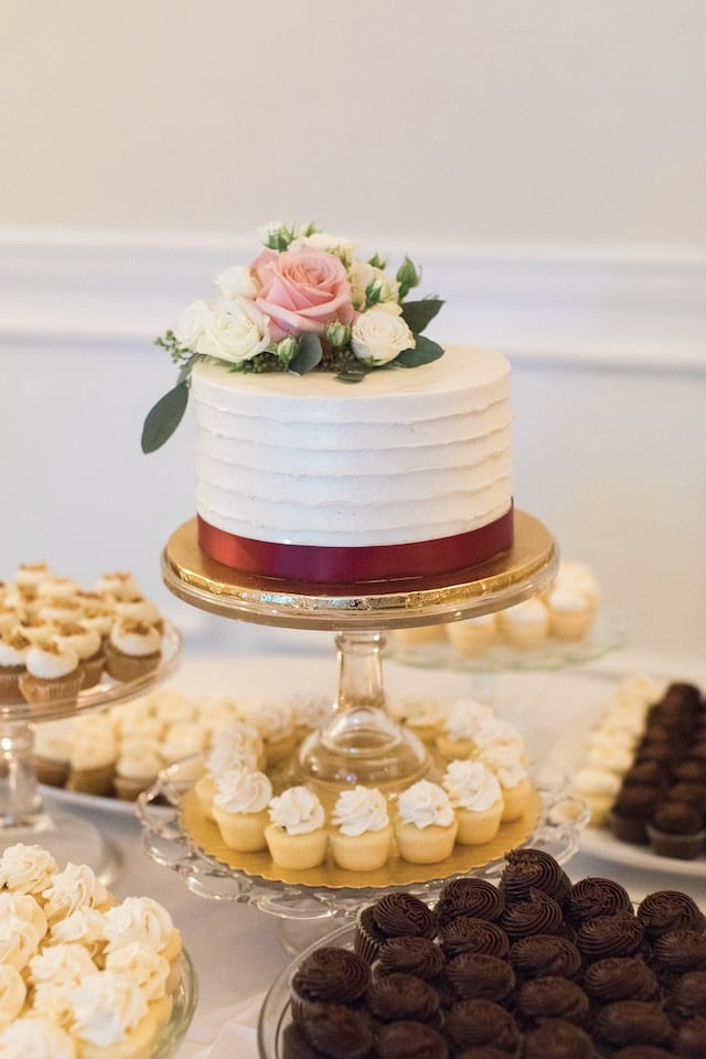 Malý dort doplňený o dezerty