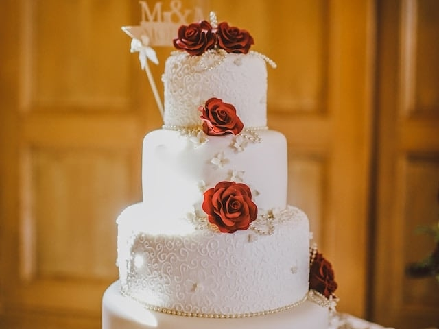Decentní svatební dorty bílý s růžemi.