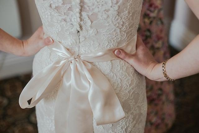 Svatební šaty s mašlí.