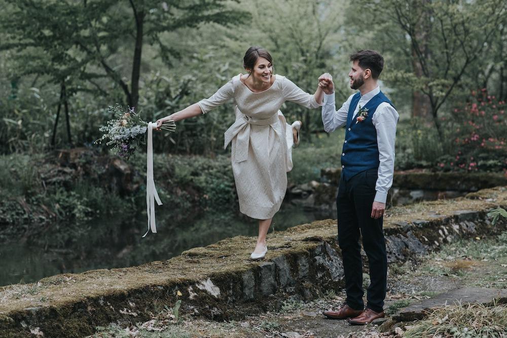Ženich drží nevěstu za ruku.