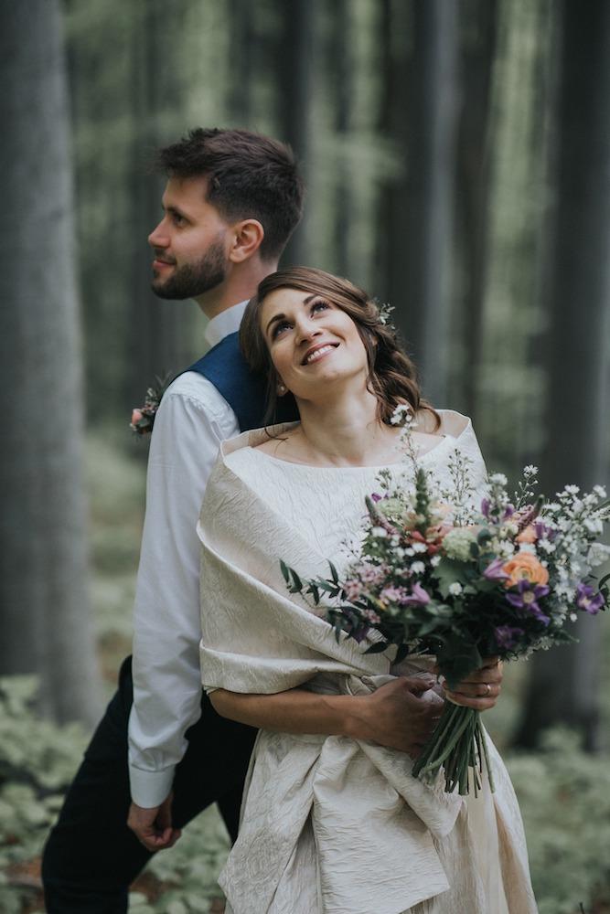 Nevěsta a ženich společné focení v lese.
