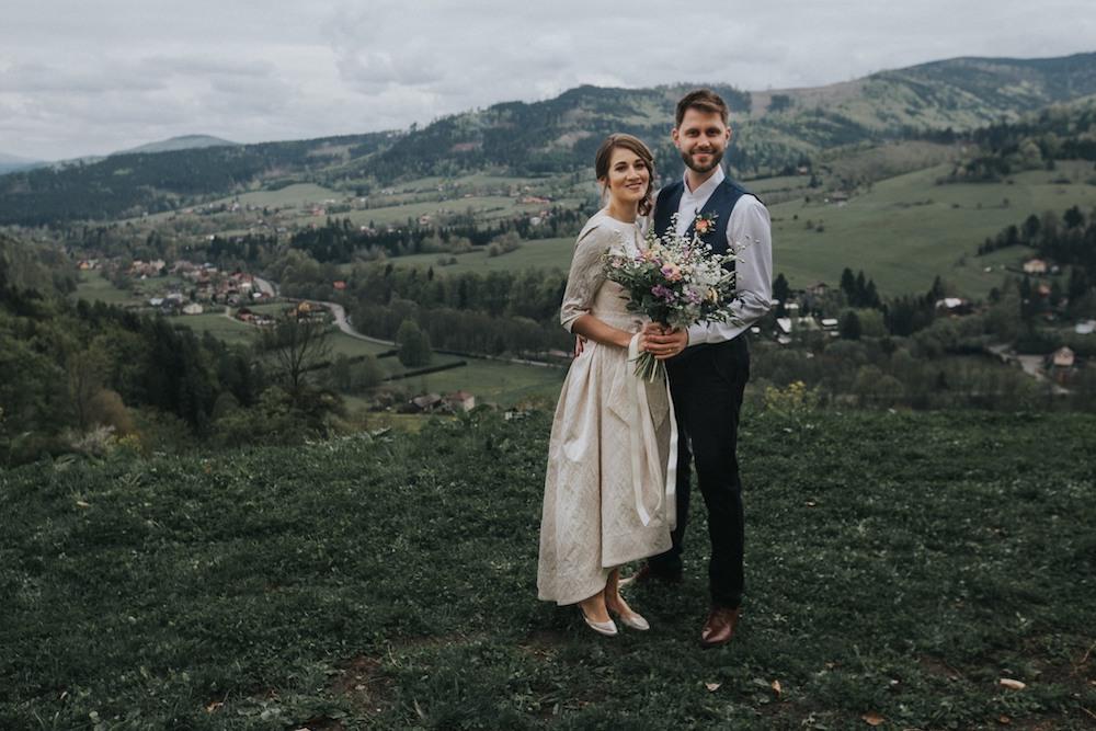Nevěsta a ženich na louce Resortu Nová Polana. (Svatba Beskydy)