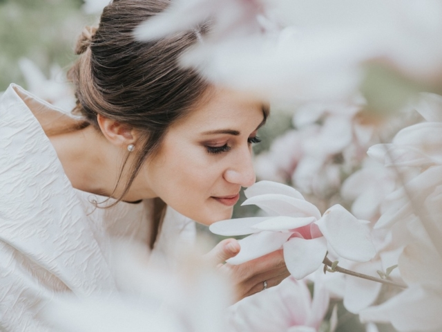 Nevěsta přivoní ke květině.