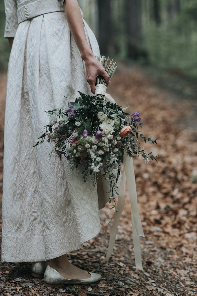 Jarní svatební kytice nevěsty.