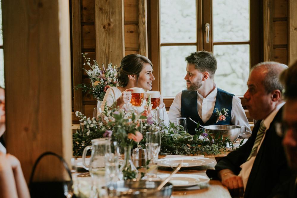 Nevěsta se ženich si připíjejí pivem.