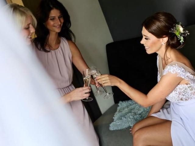 Nevěsta si připíjí s družičkami