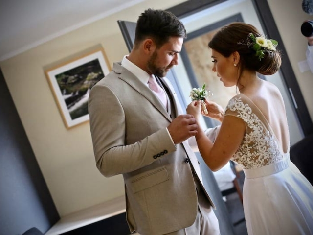 Nevěsta a ženich se připravují na obřad