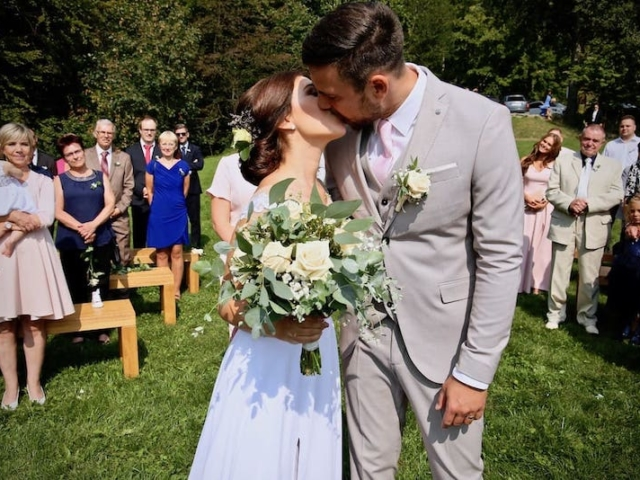 Svatební polibek nevěsty a ženicha