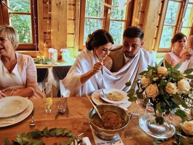 Nevěsta a ženich - společná svatební polévka