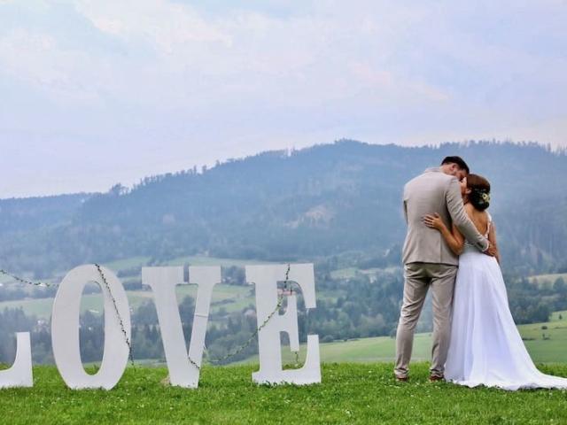 Nevěsta a ženich - svatba na louce s výhledem na Beskydy