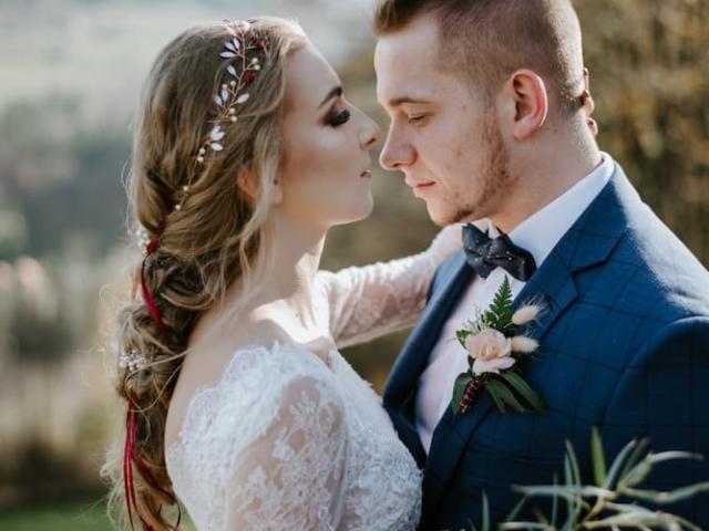 Něvesta a ženich v objetí