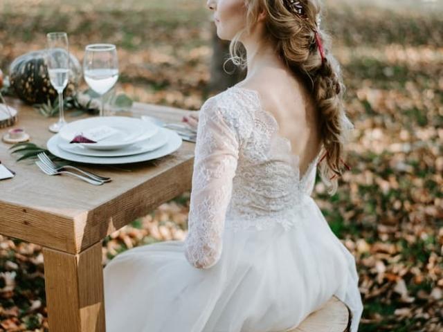 Něvěsta u svatebního stolu.