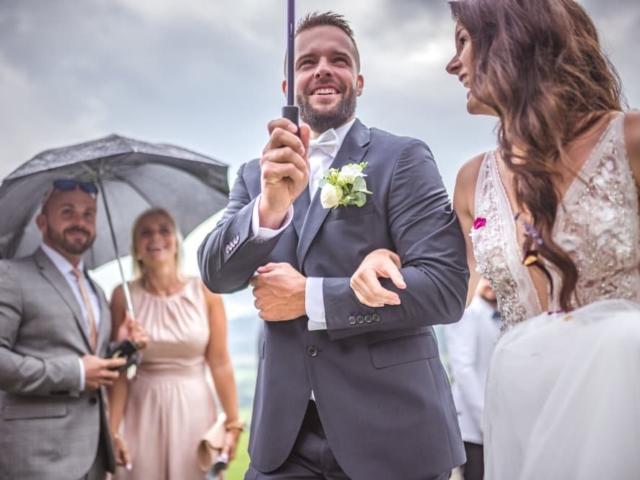 Něvesta a ženich s deštníkem - svatba v Beskydech