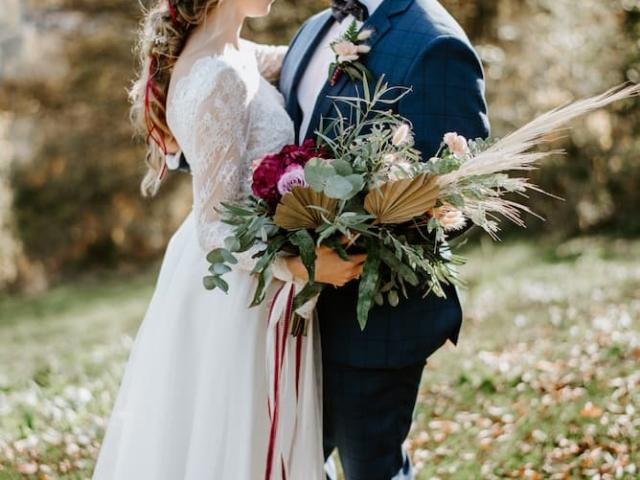 Nevěsta a ženich na svatební louce v Beskydech