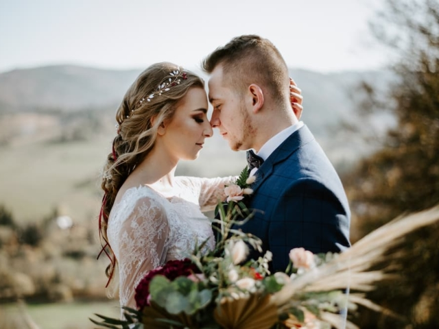 Něvesta a ženich na svatební louce v Beskydech II