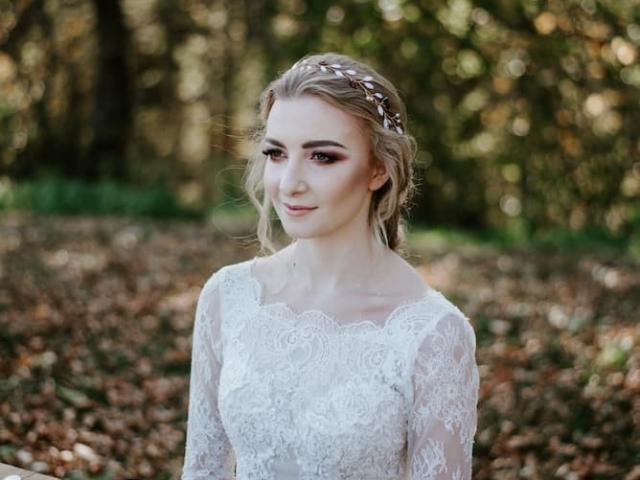 Něvesta u svatební tabule