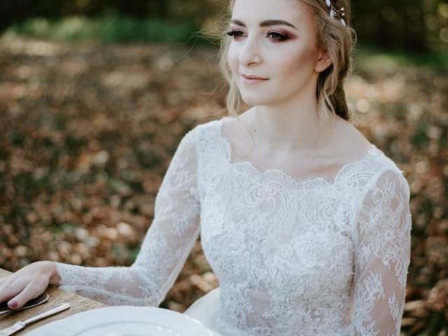 Něvesta u svatebního stolu