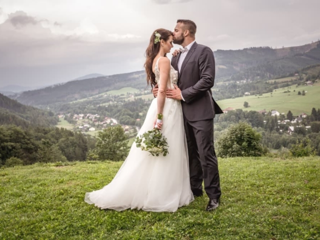 Nevěsta a ženich svatba na louce v Beskydech v pozadí hory