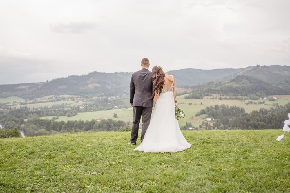 Nevěsta a ženich - svatba na louce Resortu Nová Polana