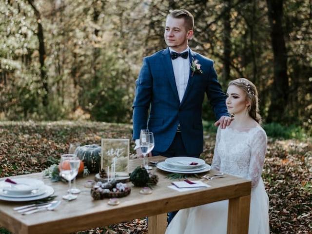 Nevěsta a ženich u svatebního stolu