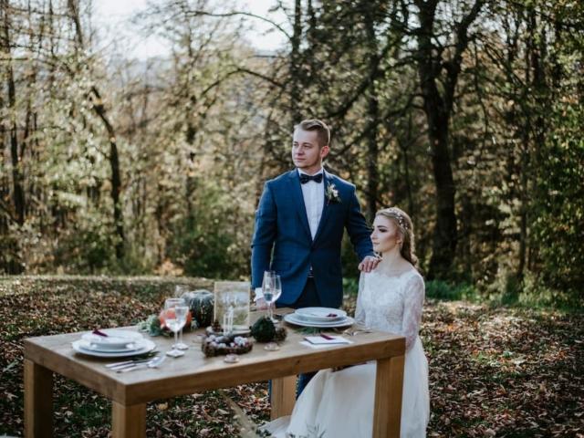 Nevěsta a ženich u svatebního stolu II