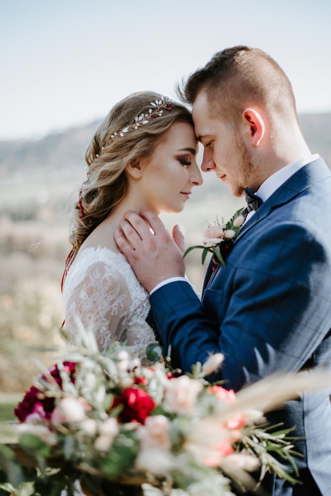 Nevěsta a ženich v romantickém objetí