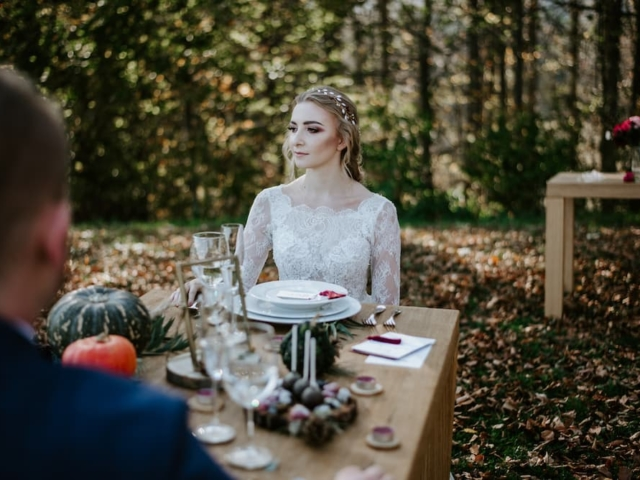 Nevěsta u svatební tabule