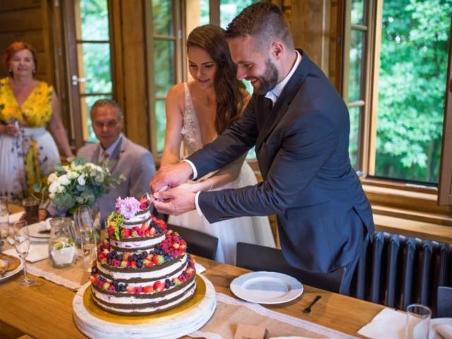 Novomanželé krájejí svatební dort