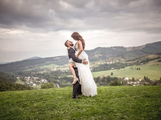 Společné focení novomanželů na louce v Beskydech