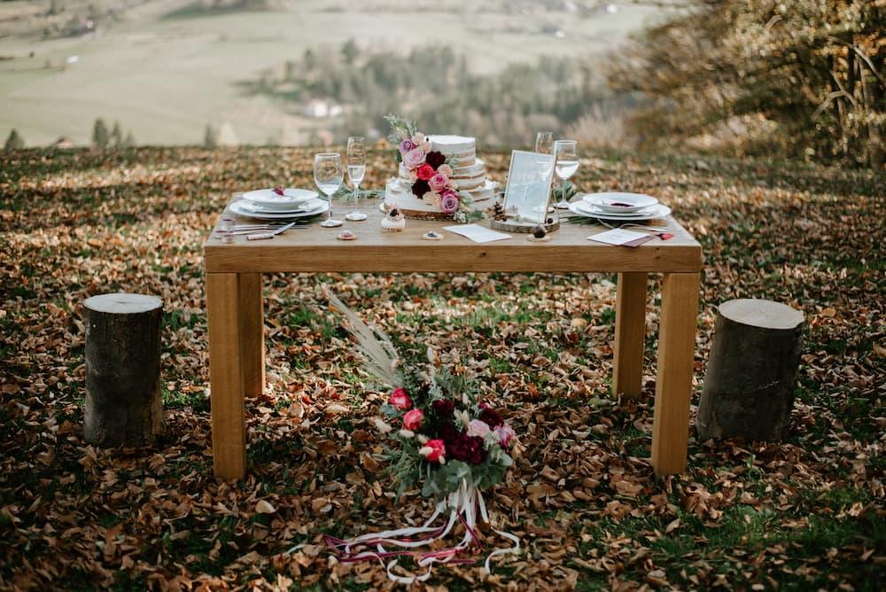 Stůl se svatebním dortem II