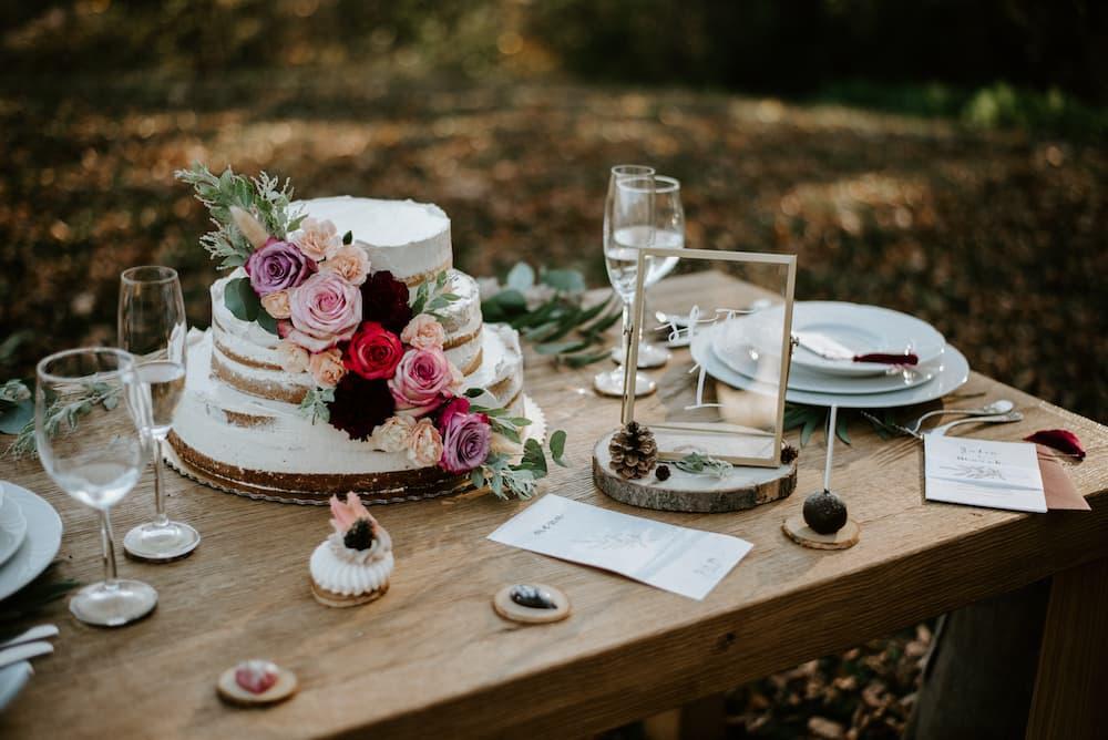 Stůl se svatebním dortem